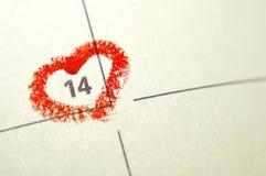 Page de carnet de calendrier avec un point culminant o de coeur écrit par main rouge Images libres de droits