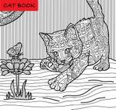 Page de chat de coloration pour des adultes Chasses à chaton sur un papillon Illustration tirée par la main avec des modèles Images stock