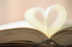 Page de livre dans la forme de coeur Photos stock