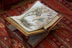 Page de livre de Quran dans la mosquée - ouverte pour des prières, plan rapproché photo libre de droits