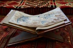 Page de livre de Quran dans la mosquée - ouverte pour des prières, plan rapproché images libres de droits