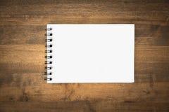 Page de papier blanche au-dessus de fond en bois Image stock