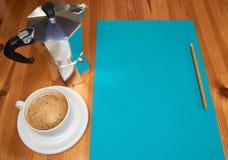 Page de papier blanche avec le cuiseur et le café d'expresso avec le copyspace image stock