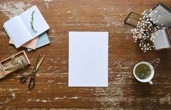 Page de papier blanche en fleurs et thé créatifs d'espace de travail Image stock