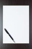 Page de papier blanche sur la table avec un crayon lecteur photographie stock libre de droits