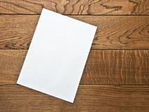 Page de papier blanche sur une table en bois Photos stock