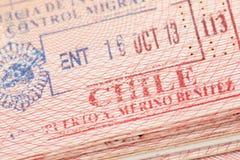 Page de passeport avec le timbre d'entrée de contrôle d'immigration du Chili Photos stock