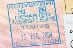 Page de passeport avec le visa de contrôle d'immigration de départ du Japon à l'aéroport de Narita Photographie stock libre de droits