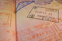 Page de passeport avec le visa de contrôle français d'immigration de Roissy-CDG Photo libre de droits
