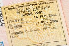 Page de passeport avec le visa de contrôle japonais d'immigration de passage de rivage à l'aéroport de Narita Image libre de droits