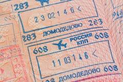 Page de passeport avec les visas de contrôle d'immigration de l'aéroport de Domodedovo à Moscou, Russie Image stock