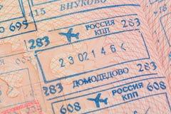 Page de passeport avec les visas de contrôle d'immigration des aéroports internationaux de Domodedovo et de Vnukovo à Moscou, Rus Photo libre de droits