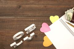 Page en spirale vide de bloc-notes, coeurs, portefeuille sur le Tableau en bois Backgro Photographie stock libre de droits