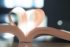 Page molle de livre de papier de coeur Couleur de vintage de lumière du soleil Image libre de droits