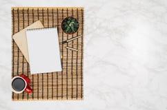 Page vide de carnet sur le fond de marbre blanc de table Photographie stock libre de droits