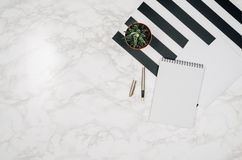 Page vide de carnet sur le fond de marbre blanc de table Photos libres de droits