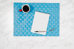 Page vide de carnet sur le fond de marbre blanc de table Photo stock