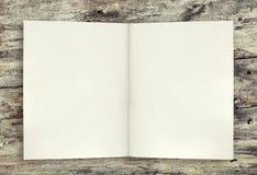 Page vide de fond de livre sur la table en bois Images libres de droits
