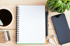 Page vide de livre de journal intime sur le bureau en bois sur le dessus Images libres de droits