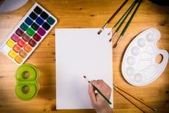 Page vide sur la table avec la palette et la main de childs Photo libre de droits