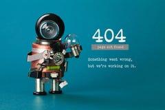 page Web de 404 erreurs non trouvée Mécanisme robotique futuriste de jouet, tête noire de casque, ampoule à disposition Fond pour Photographie stock