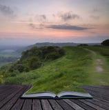 Pages créatives de concept de lever de soleil vibrant de livre au-dessus de campagne photographie stock libre de droits