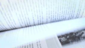 Pages de livre ouvert sur un vent banque de vidéos