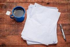 Pages de papier blanc sur le bois rustique Image stock