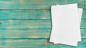 Pages de papier blanches au-dessus de fond en bois Photos libres de droits