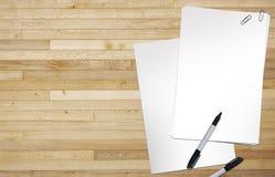 Pages de papier blanches sur le bois Photos stock