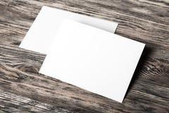 Pages de papier blanches sur le fond en bois Images libres de droits