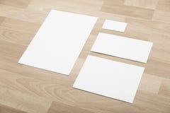 Pages de papier blanches sur le fond en bois Photo stock