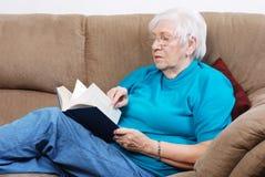 Pages de rotation de femme aînée d'un livre Images stock