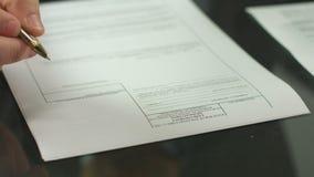 Pages de signature de main masculine du contrat, travail avec le document officiel banque de vidéos