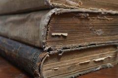 Pages jaunies du vieux livre délabré Vieux livre photographie stock