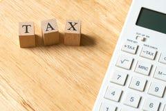 Paghi la TASSA di reddito annuo l'anno sul calcolatore usando come BAC fotografie stock