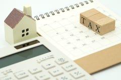 Paghi la TASSA di reddito annuo l'anno sul calcolatore usando come BAC fotografia stock