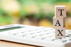 Paghi la TASSA di reddito annuo l'anno sul calcolatore usando come BAC immagini stock