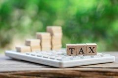 Paghi la TASSA di reddito annuo l'anno sul calcolatore usando come il concetto di affari del fondo e concetto di finanza con lo s fotografie stock libere da diritti