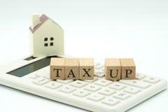 Paghi la TASSA di reddito annuo SU l'anno sul calcolatore usando As immagine stock libera da diritti
