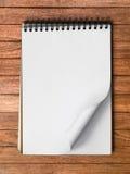 Pagina in bianco bianca del taccuino sul verticale di legno Immagini Stock Libere da Diritti