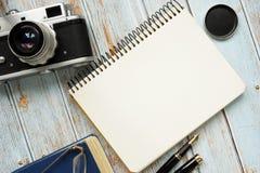 Pagina in bianco del blocco note e di retro macchina fotografica della foto fotografia stock libera da diritti
