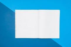 Pagina in bianco o rivista del modello sulla vista superiore del fondo variopinto Fotografie Stock