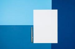 Pagina in bianco o rivista del modello sulla vista superiore del fondo variopinto Fotografia Stock Libera da Diritti
