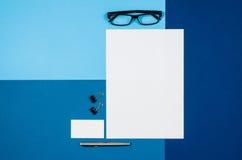 Pagina in bianco o rivista del modello sulla vista superiore del fondo variopinto Immagini Stock