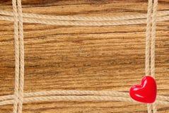 Pagina composta di corda e di cuore rosso sopra fondo di legno Fotografia Stock Libera da Diritti