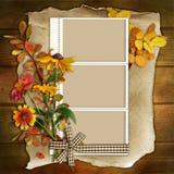 Pagina con i fiori su un fondo di legno Fotografia Stock Libera da Diritti