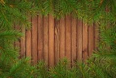 Pagina con i ramoscelli dell'albero di Natale su legno Immagine Stock Libera da Diritti