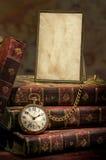 Pagina con il vecchi documento della foto, vigilanza di casella e libri Immagine Stock