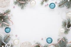 Pagina con la decorazione del nuovo anno e l'abete, freschezza gelida Fotografie Stock